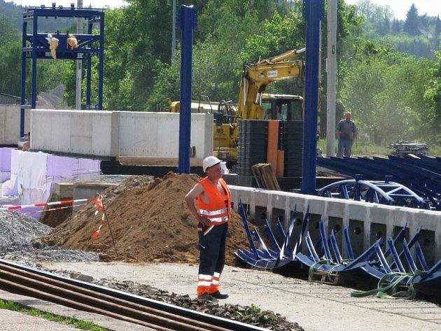 Výstavba čerčanského vlakového nádraží pokračuje