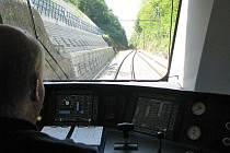 Přechod koridoru na starou trať u Nazdic.