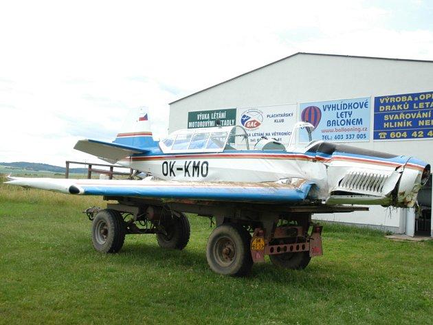 Letoun Zlín 226, který v sobotu havaroval nedaleko Tvoršovic.