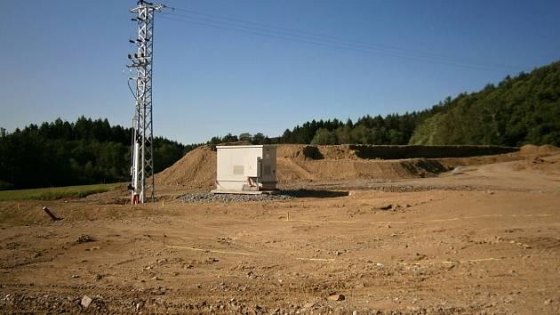Mobilní elektrocentrála u severního portálu tunelu Mezno.