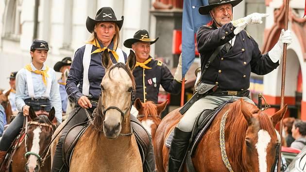 Z průvodu jezdců Benešovem v rámci Memoriálu generála Custera 2021 ve čtvrtek 19. srpna 2021.