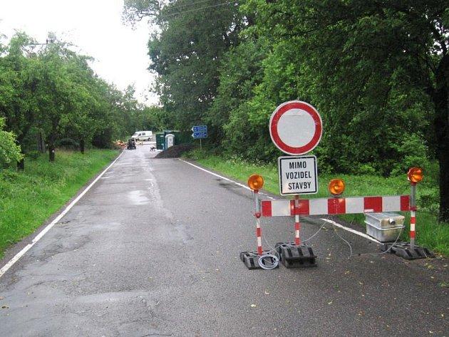 Uzavírka silnice II/105 mezi Tloskovem a Borovkou na Neveklovsku kvůli rekonstrukci mostu za 6,5 milionu korun potrvá do konce prázdnin