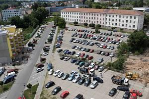 Záchytných parkovišť je v Benešově poměrně dost. Některá ale kvůli plánované výstavbě zmizí. Dříve či později to čeká i parkoviště v někdejších Pražských kasárnách (na snímku). Přibude ale například parkovací dům u nádraží.