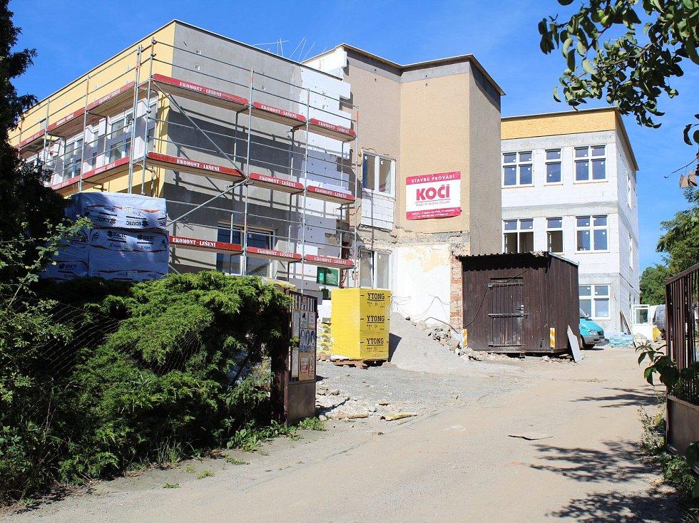Stavba Základní a praktické školy v Hodějovského ulici v Benešově pokračuje. Školní rok 2018/2019 by žáci a pedagogové měli zahájit  v novém.