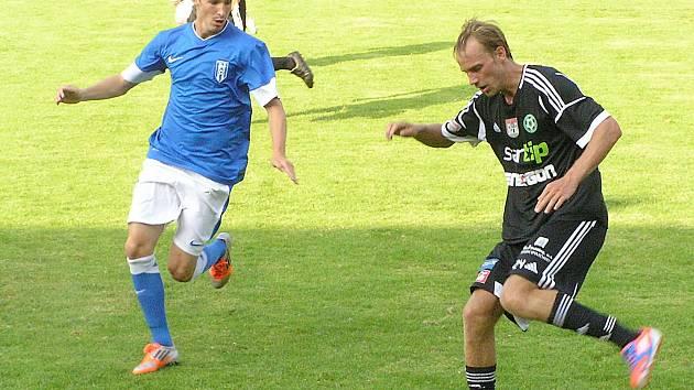 Příbramského Josefa Divíška (u míče) se připravuje atakovat vlašimský Martin Sus.