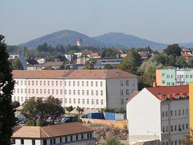 Objekt Pražských kasáren v pozadí s Konopištěm.