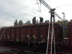 V jedoucím nákladním vlaku u Říčan hořely klády.