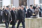 Z piety k 30. výročí sametové revoluce před pomníkem padlým u benešovského gymnázia.