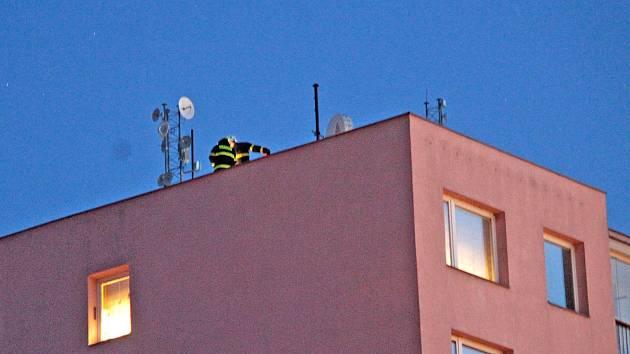 Odstraňování následků řádění větru v Benešově.