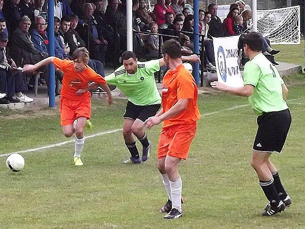 Místní derby mezi Vrchotovými Janovicemi a Maršovicemi, které skončilo 1:0, přilákalo do ochozů hodně diváků.
