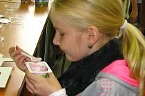 Žáci ze ZŠ Dukelská si zkoušeli plnění jogurtů ovocnými ingrediencemi i třídění obalů do správných sběrných nádob.