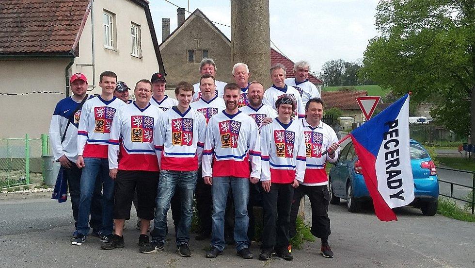 Skupinka peceradských fanoušků se vypravila podpořit český hokejový tým na mistrovství ve Francii.