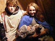 VNeveklově už po patnácté připomínal Vánoce živý Betlém na náměstí.