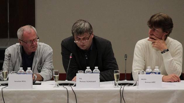 Mimořádná schůze benešovského zastupitelstva se konala večer před komunálními volbami. Na snímku připomíná nedostatky smlouvy o koupi školy v Táborské ulici předseda kontrolního výboru Roman Tichovský (uprostřed).
