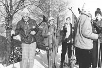 Z lyžařského výcviku žáků Základní devítileté školy v Týnci nad Sázavou v roce 1975 ve Strážném v Krkonoších.
