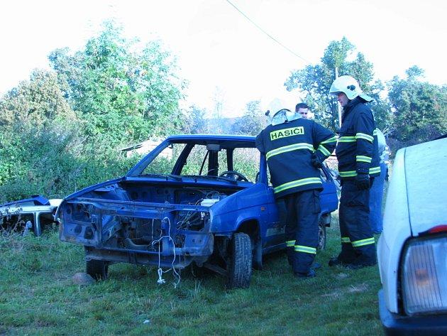 Senior v Pomněnicích pálil odpad z autovraků. Soused přivolal hasiče