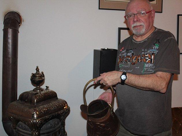 """Režisér Jaroslav Hanuš má ve svém domě v Čerčanech pravá americká kamna na koks. A topí v nich opravdu velmi rád. """"Rozžhaví se úplně dočervena,"""" komentuje jejich výkon."""