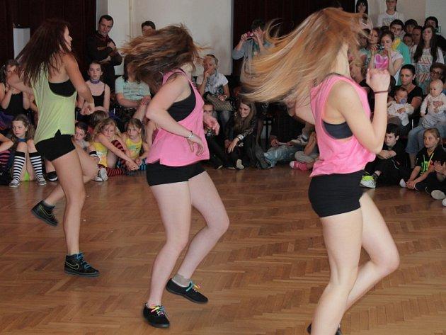 Oblastní taneční pohár mládeže se uskuteční v pondělí 28. dubna od 9.30 v sále divadla Na Poště v Tyršově ulici.