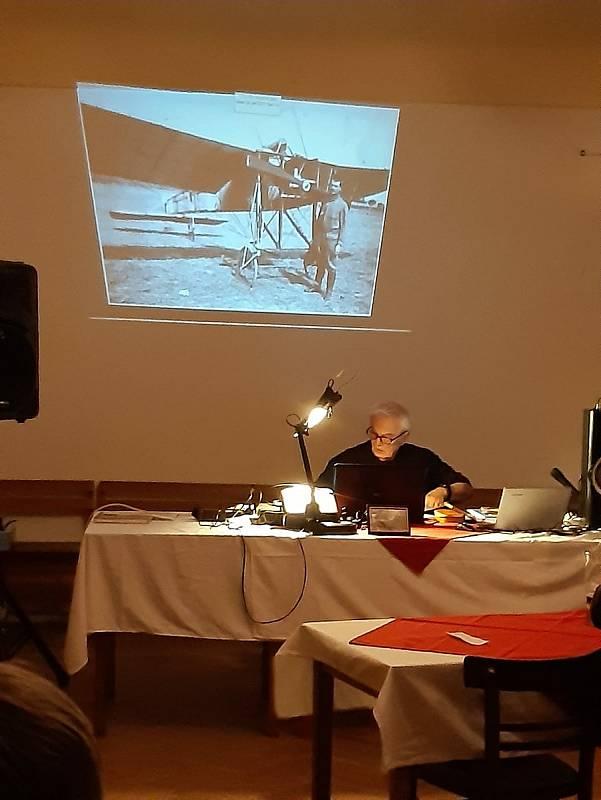 Projekce fotografií historika Zbyňka Šimůnka.
