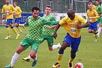 Stanley Ibe (ve žlutém) byl těsně střežen Janem Hodasem z Loko Vltavín.