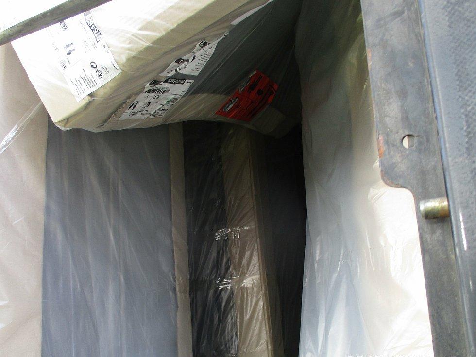 Úkryt migrantů v návěsu kamionu, který přijel do Benešova z Bělehradu.