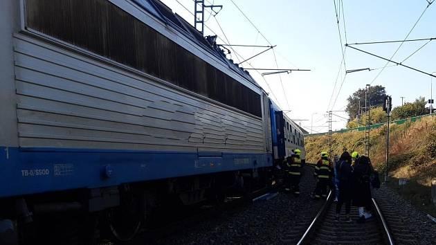 Technická závada sběrače lokomotivy zastavila rychlík z Českých Budějovic do Prahy těsně za benešovským nádražím.
