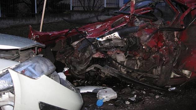 Úterní dopravní nehoda tři osobních aut a autobusu v ulici Jana Nohy.