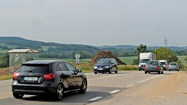 Místo mnoha tragédií, křižovatka silnice I/3 s odbočkami k Čapímu hnízdu a Zahradnici.