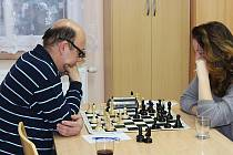 Momentka z utkání Pravonín – Vlašim D. Souboj generací mezi domácím Miroslavem Laloučkem a Anežkou Vlkovou skončil vítězstvím šestnáctileté hráčky.
