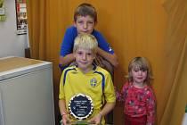 Pavel Drábek se vyfotil nejen s cenou pro nejlepšího přípravkáře, ale také se svým bratrem Honzou a sestrou Lucinkou.