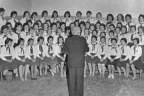 """Benešovský dívčí pěvecký sbor začátkem 60. let. """"Předtím jsme zpívali v národních krojích. Ale za hluboké totality jsem museli, i když táta u komunistů nikdy nebyl, na veřejností zpívat s pionýrskými šátky,"""" uvedla dcera Věra Klimčuková."""