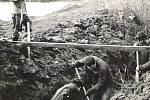 Ruční práce ve výkopu při výstavbě kanalizace v Úročnici v roce 1973.