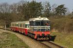 Spěšný vlak 1283 'Posázavský motoráček' projíždí po trati 210 mezi zastávkou Pecerady a Poříčí nad Sázavou - Svárov.