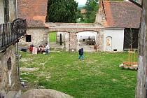 Unavení turisté mohli strávit příjemné chvilky při odpočinku v zahradě Ateliéru Prčice