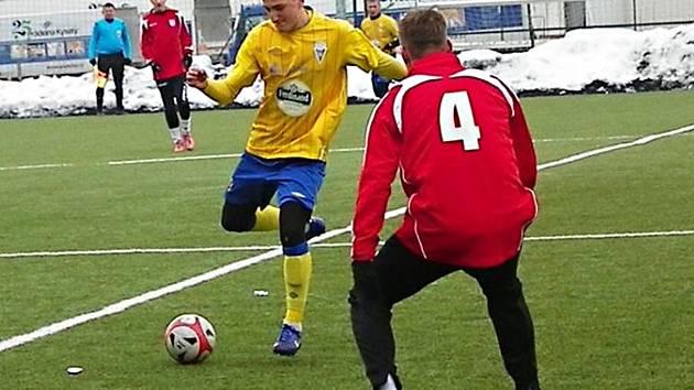 David Skopec (ve žlutém) rozhodl zápas Benešova s Pelhřimovem.