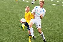 Sedmnáctka Benešova (na snímku ve žlutém Adam Lupač) prohrála s lídrem tabulky z Ústí nad Labem těsně 1:2.