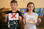 Děti ze Základní školy Trhový Štěpánov bojují se špatným parkováním vlastnoručně vyrobenými letáčky.