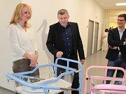 Předávání daru nadačního fondu Kapka naděje v benešovské nemocnici.