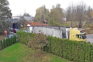 Nehodu v benešovské Máchově ulici, k níž došlo ve čtvrtek 24. října řidič kamionu policistům neohlásil.