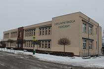 Základní škola v Čerčanech v únoru roku 2021.