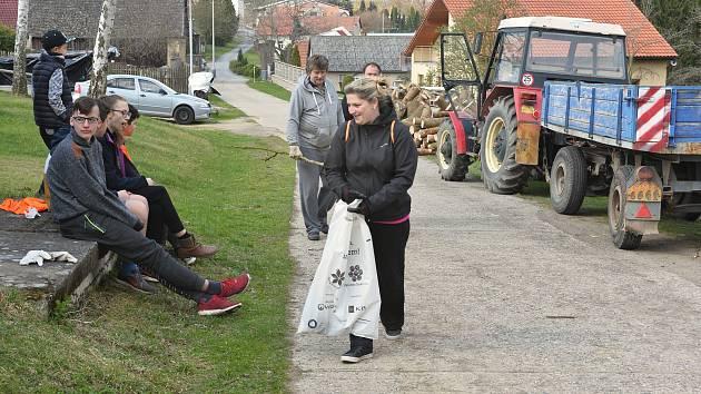 Dobrovolníci v rámci úklidové akce uklízeli Hulice