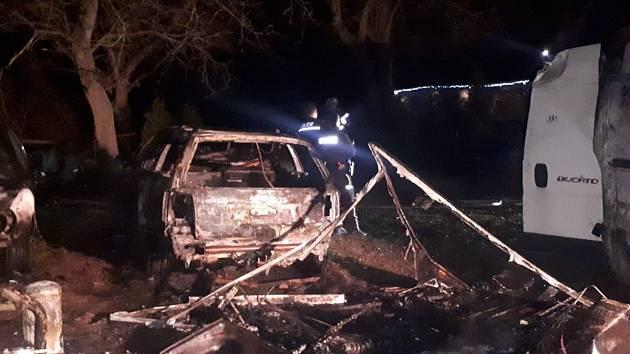V obci Přišimasy oheň poničil dvě dodávky, čtyři osobní automobily a karavan.
