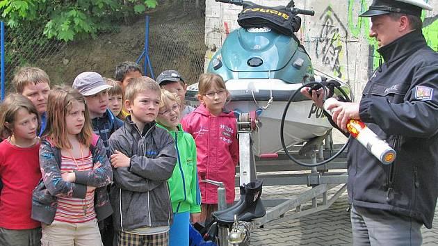 Policisté z Poříčního oddělení Slapy předvedli školákům potápěčskou výstroj a techniku.