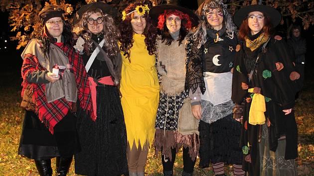 Lampiónovým průvodem přivítaly děti v maskách měsíc listopad.