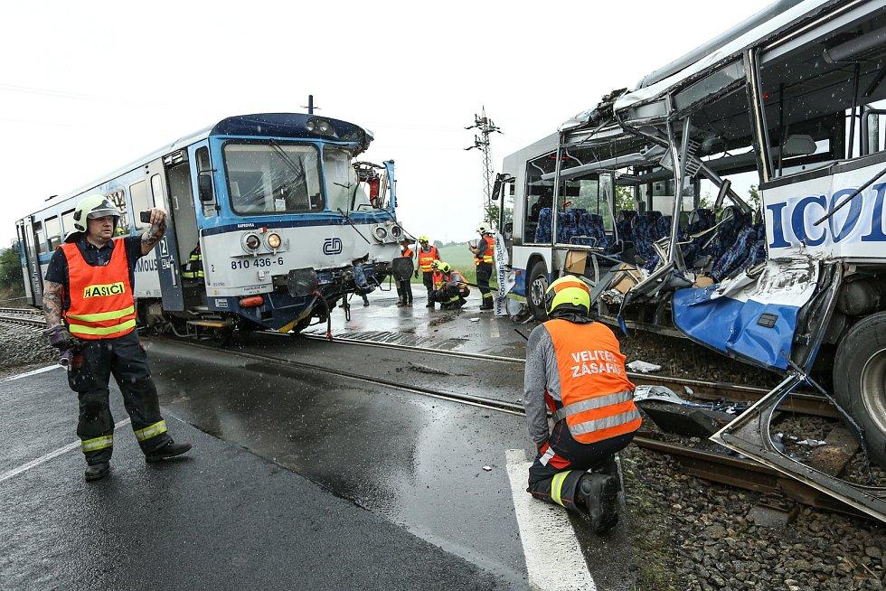 Ke srážce vlaku s autobusem došlo u Struhařova na Benešovsku v neděli 14. června.