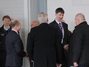 V hangáru prezidenta Miloše Zemana a středočeského hejtmana Miloše Peteru přivítal starosta Bystřice Daniel Štěpánek.