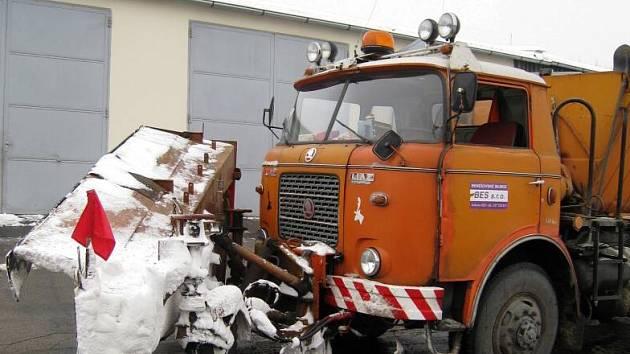 Silničáři své stroje doplňují solným roztokem, který přispívá k rychlejšímu tání sněhu a ledu