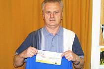 Pavel Drnec, fotbalový funkcionář Nespek dostal dárek k 60 narozeninám, když za výhru v 10. kole vyhrál stokorunovou poukázku od sázkové kanceláře Fortuna a tričko.