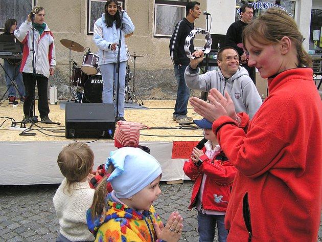 Na trhu ve Vlašimi se nejen prodávalo, ale i tančilo.