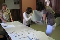 Ve 14 hodin předsedkyně komise uzamkla volební místnost a začalo počítání